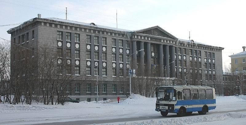 Jedna z budov ve městě Vorkuta. Za posledních třicet let klesl počet jeho obyvatel o polovinu. Města a vesnice v okolí jsou již téměř zcela opuštěné.