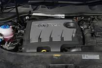Volkswagen a jeho dceřiná společnost Audi dnes oznámily, že jejich zákazníci mohou navštívit internetové stránky obou firem, aby po zadání identifikačního čísla svého vozu zjistili, zda jejich auto nepatří mezi vozy vybavené zmíněným softwarem.
