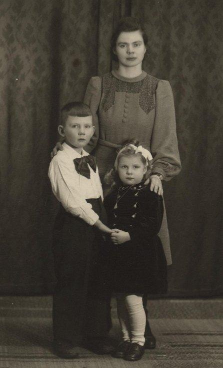 Walter Sitte s matkou a sestrou (1940)