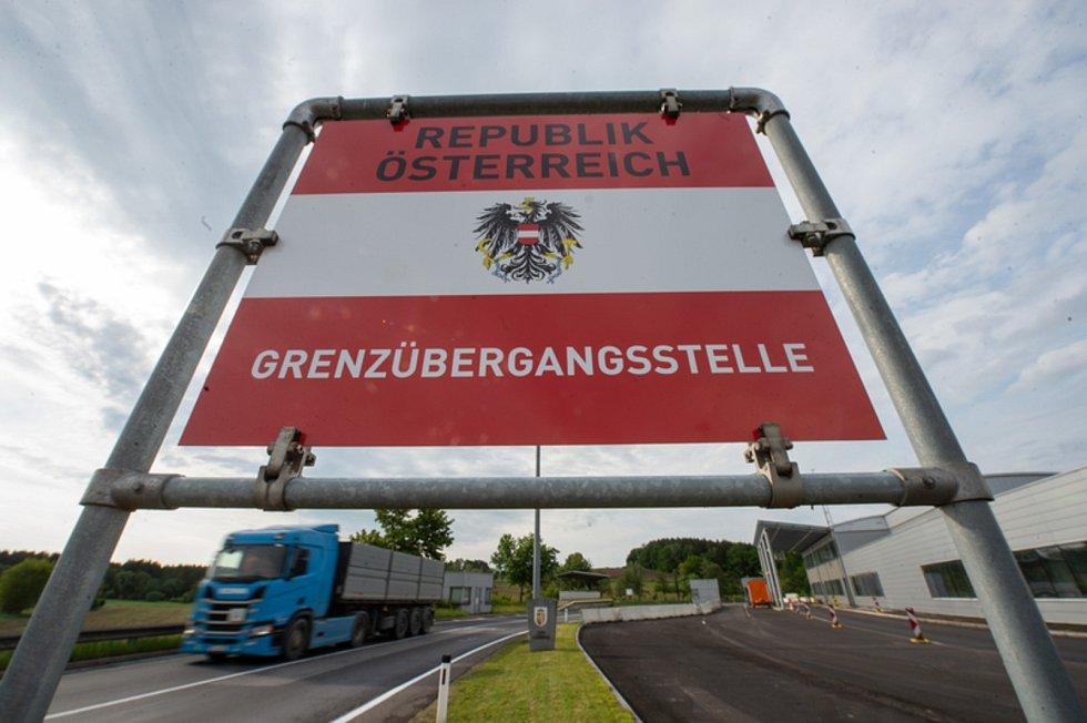 Kamion projíždí 4. června 2020 v Dolním Dvořišti přes česko-rakouskou hranici. Od stejného dne Rakousko otevřelo hranice po zmírnění koronavirové epidemie