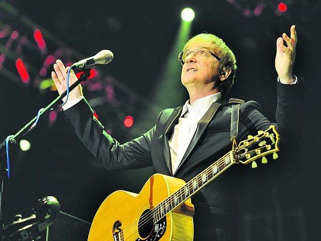 Vyprodat pražskou O2 arenu není jen tak – Miro Žbirkovi se to ale ve čtvrtek povedlo. Populární zpěvák a skladatel tam oslavil šedesáté narozeniny, které připadly na 21. října.