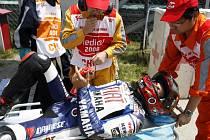 Španělský závodník Jorge Lorenzo je odnášen ze šanghajské trati po pádu v tréninku na Velkou cenu Číny.