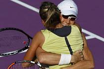 Jsme ve finále. Češka Květa Peschkeová (zády) a Australanka Rennae Stubbsová v objetí.