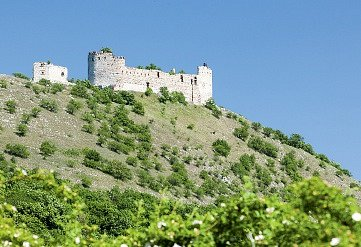 Děvičky jsou nejmalebnější ze tří hradních zřícenin na Pálavě.