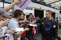 Tomáš Plekanec rozdává podpisy.