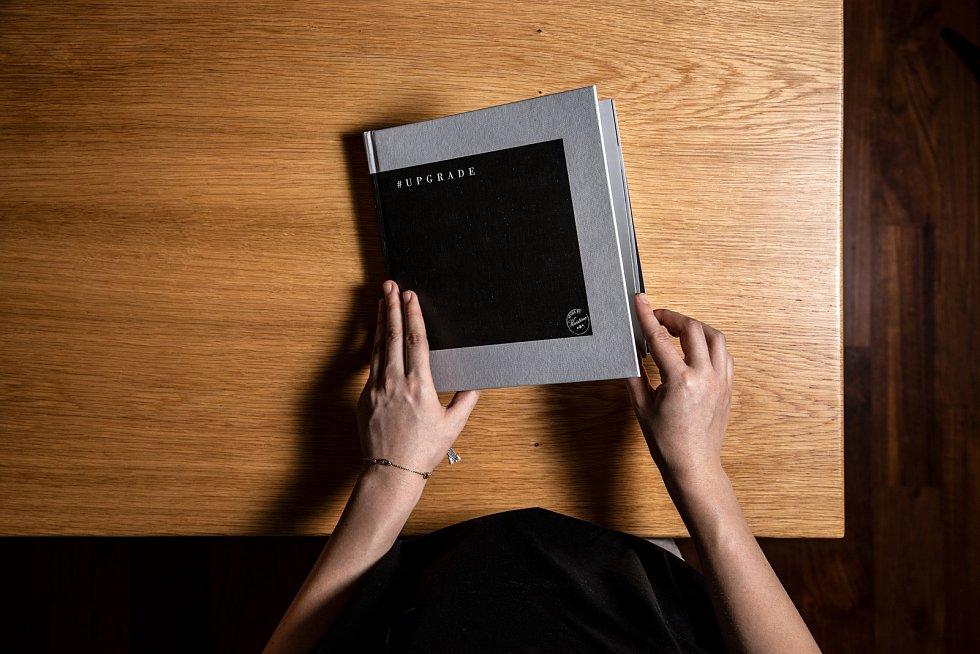 Sbírám taky kuchařské knihy těch nejlepších restaurací. Nesmí být vknihovně, mám je přímo u postele a často si vnich listuji před spaním. Mám radost ze své kuchařky, kterou jsem vydala vloňském roce. Splnila jsem sen sobě i babičce.
