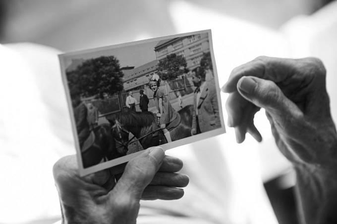 Věra Dulová ukazuje svou dětskou fotku na koni.