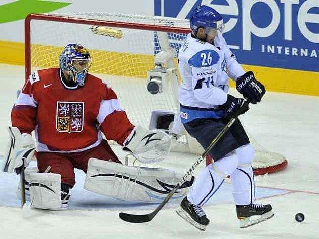 Ondřej Pavelec se stal v utkání proti Finsku klíčovou postavou českého výběru.