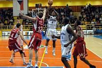 Basketbalisté Nymburka (v červeném) ve šlágru proti Prostějovu.