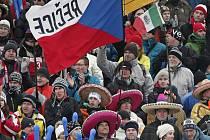 MEXIČANÉ Z ŘEČICE. Rodilí Mexičané by asi slovo Řečice vyslovit nedovedli. Ti řečičtí s tím problémy nemají a svoje kostýmy od loňského světového poháru ještě vylepšili. Fandí denně a mezi tisícovkami fanoušků ve Vysočina areně je prostě přehlédnou nelze.