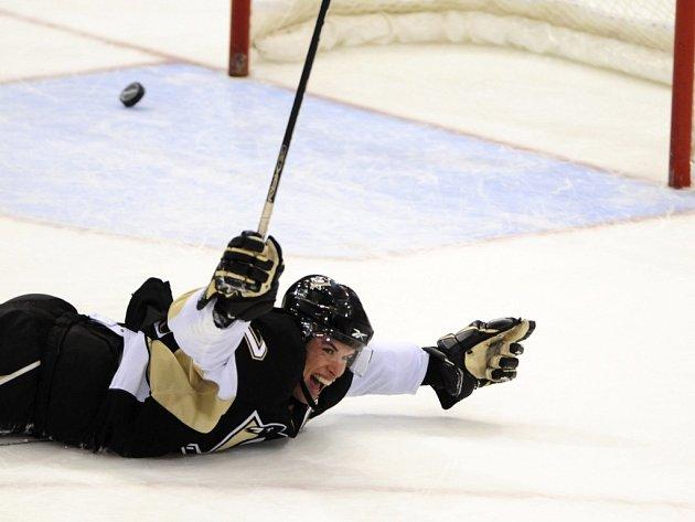 Kapitán Pens Crosby slaví první hattrick na domácím ledě v kariéře. Odneslo to New Jersey.