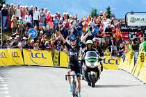 Chris Froome se raduje z triumfu na Critérium du Dauphiné.