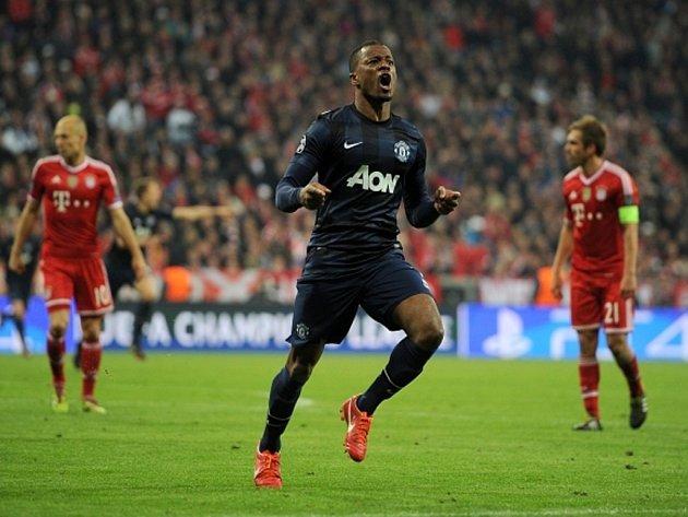 Patrice Evra z Manchesteru United se raduje z gólu proti Bayernu Mnichov.