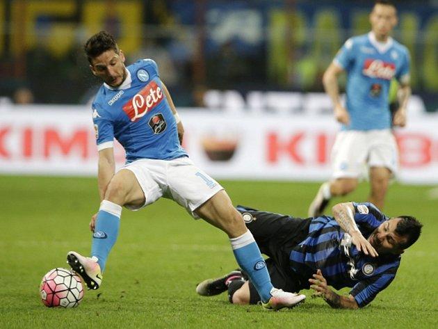 Dries Mertens z Neapole (vlevo) a Gary Medel z Interu Milán.