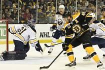 David Krejčí střílí druhý gól Bruins v zápase proti Buffalu.