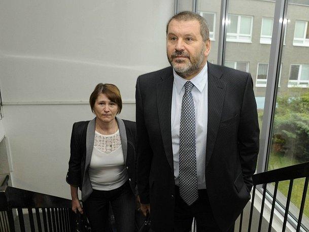 Bývalý senátor a chomutovský starosta Alexandr Novák (ODS) přichází do budovy Krajského soudu v Ústí nad Labem, který začal 16. července projednávat jeho odvolání proti dvouletému podmíněnému trestu za korupci.
