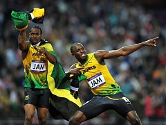 Hvězdní sprinteři Yohan Blake (vlevo) a Usain Bolt slaví zlato ve štafetě na 4x100 metrů na olympijských hrách v Londýně.