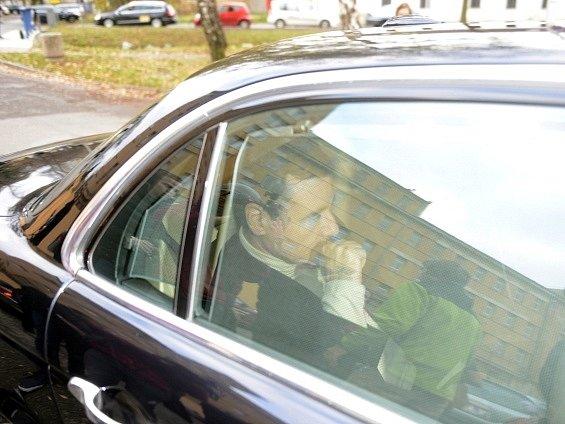 Bývalý středočeský hejtman a poslanec ČSSD David Rath obviněný z korupce odjíždí 11. listopadu od ruzyňské vazební věznice. Pražský vrchní soud ho propustil z vazby po 18 měsících.