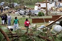 Obyvatelé Crawfordu opouštějí své zničené domy.