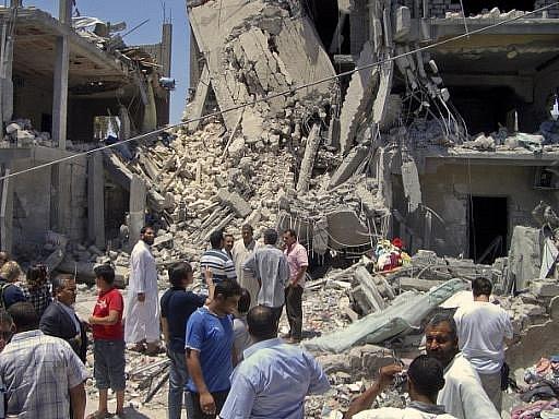 Při pondělním leteckém útoku NATO západně od libyjské metropole Tripolisu zemřelo podle libyjského režimu 15 lidí, z toho tři děti.