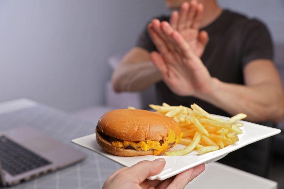 Při nízkocholesterolové dietě byste se měli vyhýbat tučnému masu a mléčným výrobkům, jako jsou šlehačka, smetana, tučné sýry či máslo, ale také uzeninám a sladkostem