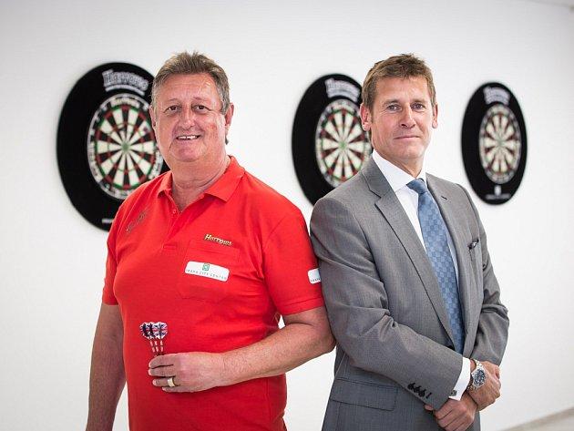 Legendární britský šipkař Eric Bristow (vlevo) a generální ředitel společnosti Portland Trust Robert Neale.