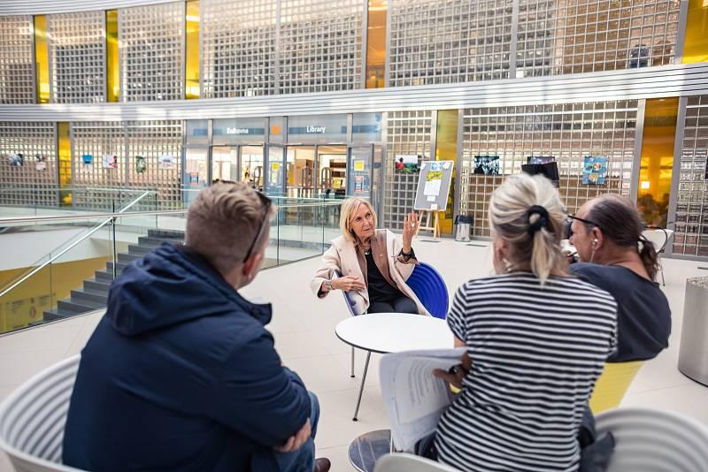 Eva Jiřičná dokončila i řadu dalších projektů, mimo jiné hotely, univerzitní budovy, kongresová centra. Zmiňme například autobusový terminál Canada Water v Londýně, Victoria & Albert Museum (velký vstup a recepci) či knihovnu v Leicesteru.