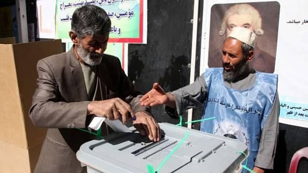Afghánci volí v parlamentních volbách.