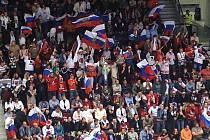 Fanoušci Ruska v ochozech karlovarské hokejové arény.