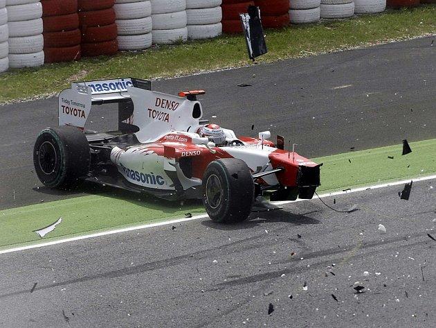 Rozbitý monopost Force India německého pilota Adriana Sutila po kolizi na startu Velké ceny Španělska.