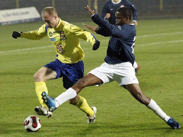 Chyběl krok. Krčský fotbalista Adauto se snaží zastavit jihlavského obránce Svitáka.