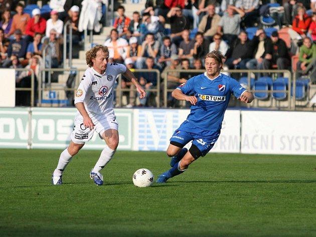 Lukáš Zelenka ze Slovácka (vlevo) se snaží obehrát ostravského Tomáše Mičolu.