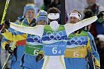 Švédští lyžaři se radují ze zlata v olympijském závodu štafet na 4x10 km.