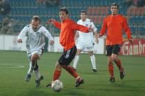 Fulnečtí fotbalisté (v oranžovém) po prohře na Slovácku, doma s přehledem porazili Hlučín.