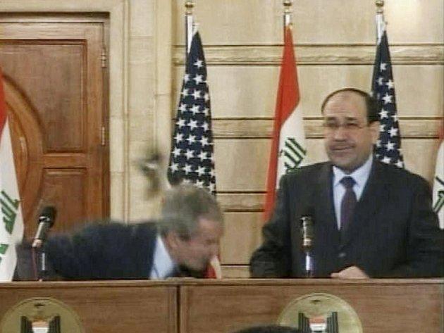 Jen pohotové shýbnutí zachránilo amerického prezidenta George Bushe od zásahem botami, které po něm mrštil irácký novinář během jeho překvapivé nedělní návštěvy Bagdádu.