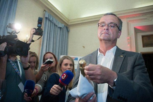 Místopředseda TOP 09Miroslav Kalousek slaví po zveřejnění výsledků voleb do Evropského parlamentu ve štábu strany 25.května vPraze.