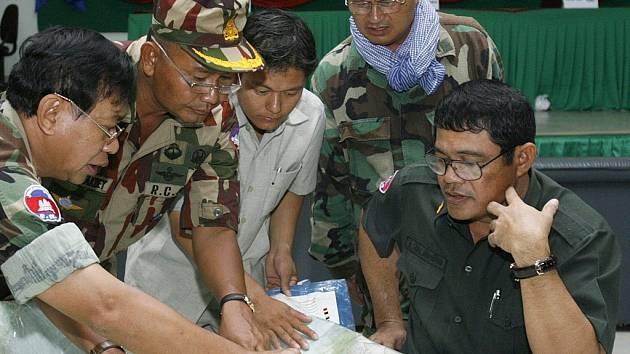 Důstojníci kambodžské královské armády řídí pátrání po přeživších obětech leteckého neštěstí. Na palubě spadlého letadla Antonov měli být i tři Češi.