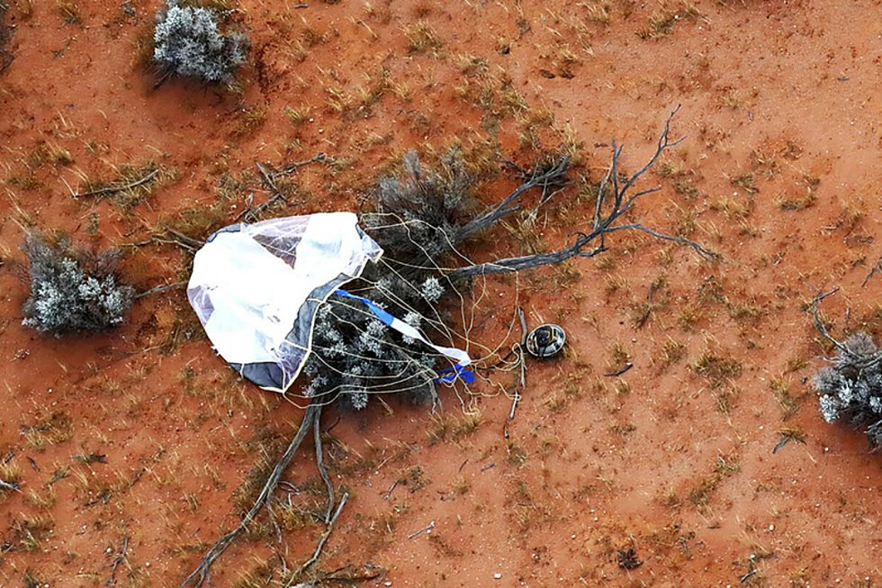 Kapsle, která přinesla na Zemi vzorky z asteroidu Rjuga, po přistání na poušti v jižní Austrálii. Kapsle se předtím oddělila od sondy Hajabusa 2