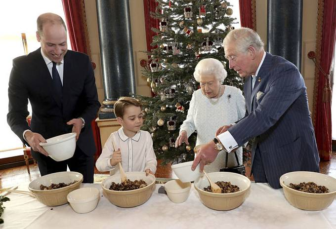 Britská královna Alžběta II. a tři následníci trůnu Charles, William a George společně připravovali vánoční pudink.