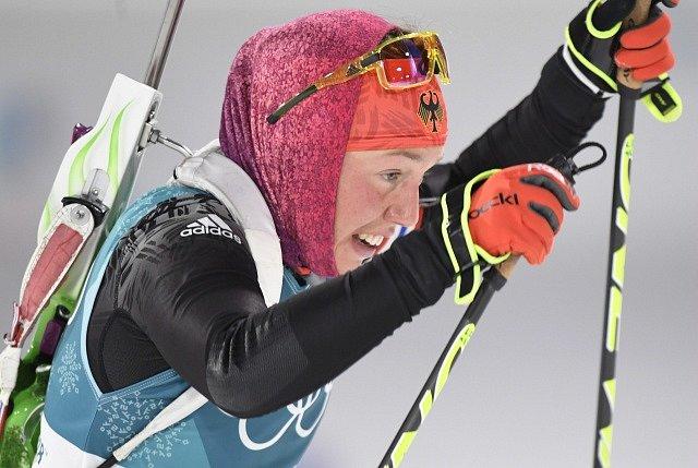 Závod v biatlonu. Němka Laura Dahlmaier