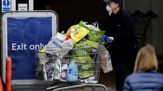 Zákaznící během nákupů v londýnském supermarketu, 17. dubna 2020