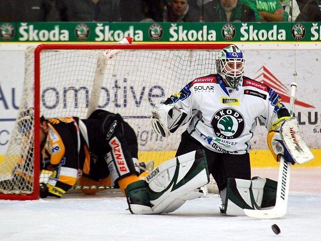 Domácí branku hájil Marek Schwarz, který kromě puků musel ze sítě vytahovat i jednoho z protihráčů.