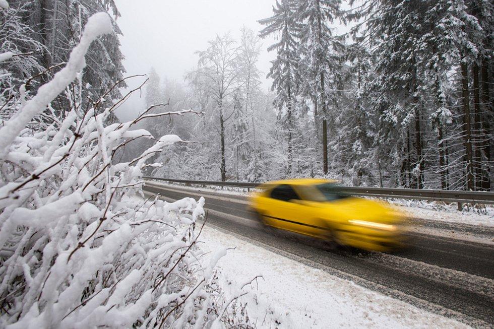 Automobil na zasněžené silnici. Ilustrační foto.