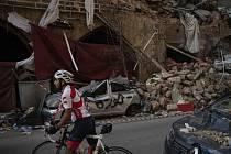 Cyklista si prohlíží trosky domu zničené po explozi v Bejrútu, 11. srpna 2020