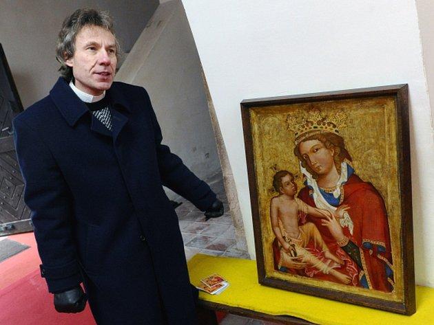 Na snímku je farář Marek Hlávka s technologickou rekonstrukcí obrazu od Vladimíra Terše z roku 1950.