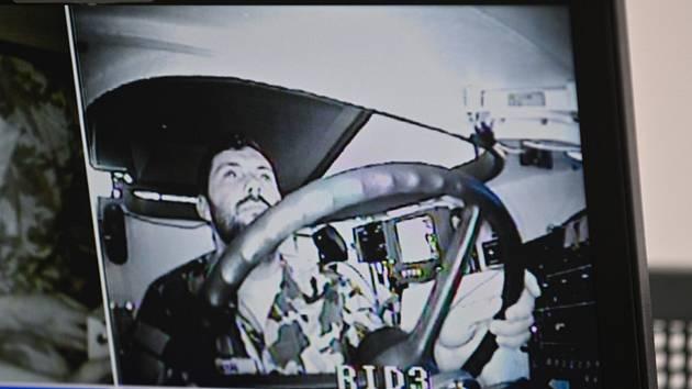 Kajakář Josef Dostál na monitoru trenažéru vozidla Pandur při vojenské odborné přípravě sportovců ASC Dukla.