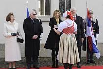 Václav Klaus s chotí Lívií přivítal v Lánech chorvatského prezidenta Iva Josipoviče, slovenského prezidenta Ivana Gašparoviče a srbského prezidenta Borise Tadiče s manželkami. Na snímku vpravo je srbský prezident Boris Tadič s manželkou Tatjanou Rodičovou