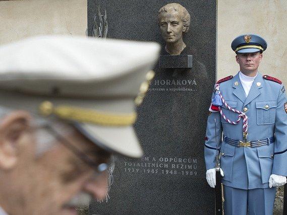 Několik desítek účastníků pietního shromáždění u symbolického hrobu Milady Horákové v Praze uctilo 26. června památku této české političky popravené komunistickým režimem před 66 lety.