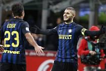 Mauro Icardi (vpravo) se raduje z gólu do sítě Fiorentiny.