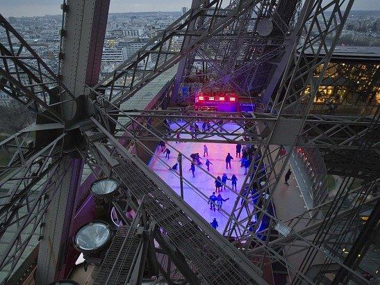 Na Eiffelově věži se v rámci propagace světového šampionátu 2017 hraje hokej.
